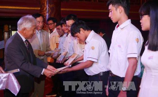 Trao 193 suất học bổng cho học sinh, sinh viên tỉnh Thừa Thiên – Huế