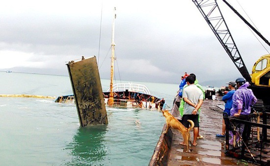 Phó Thủ tướng yêu cầu khẩn trương trục vớt tàu chìm tại Bình Định