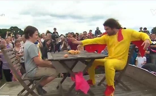 Sôi động cuộc thi ném trứng vô địch thế giới tại Anh