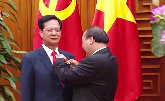 Thủ tướng trao huy hiệu Đảng cho cán bộ lão thành