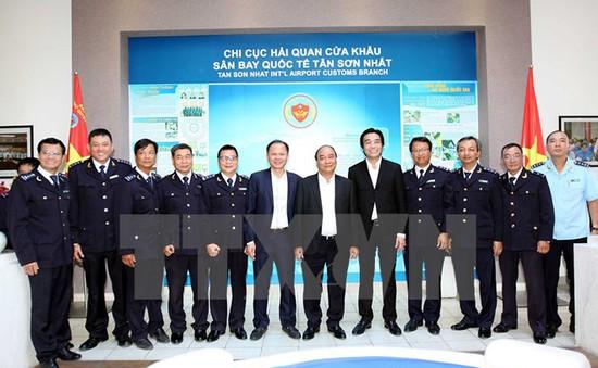 Thủ tướng kiểm tra Hải quan sân bay Tân Sơn Nhất