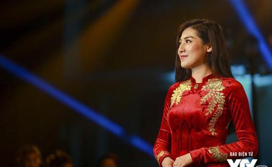 """MC Tú Anh đấu giá áo dài dát vàng trong đêm từ thiện """"Qui E Ora"""" vì Trái tim cho em"""