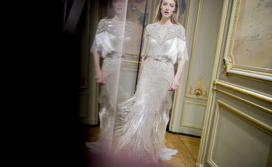 Có gì ở chiếc váy mất 3.000 giờ làm thủ công của Monique Lhuillier?