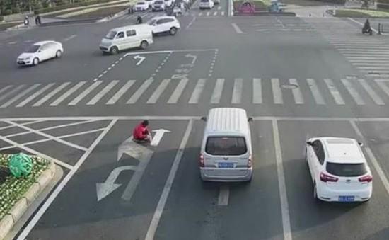 Tự ý vẽ lại chỉ dẫn giao thông, 1 thanh niên Trung Quốc bị phạt