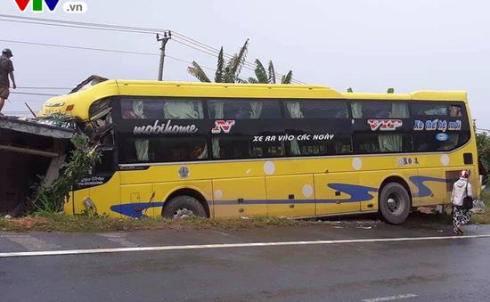 Xe chở 30 hành khách tông sập nhà dân tại Thừa Thiên Huế