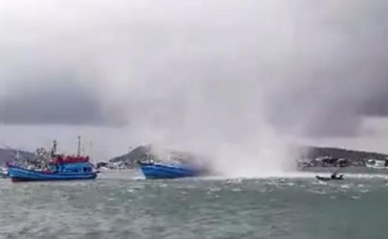 Vòi rồng xuất hiện nhấn chìm tàu cá ở Phú Quốc