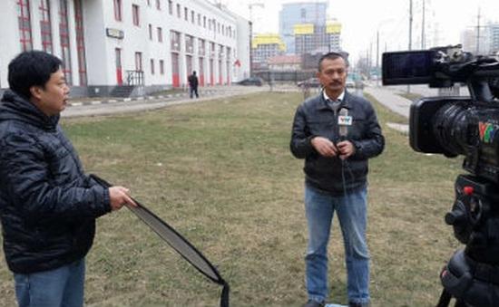 Vượt khó, phóng viên VTV hiện diện tại các điểm nóng chiến sự, vùng lũ