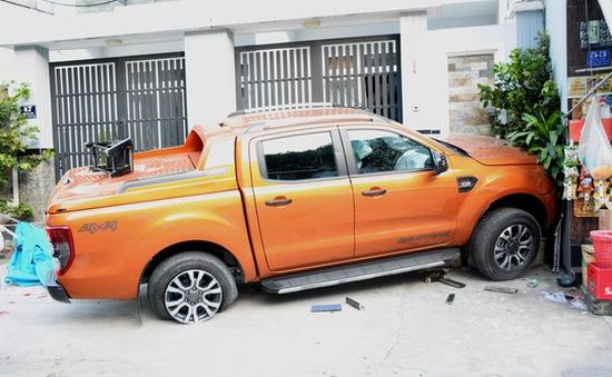 Xe bán tải nổ lốp lao lên vỉa hè, tông chết 1 phụ nữ