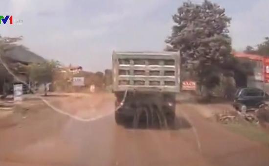 Clip: Xe cứu thương hú còi inh ỏi, xe tải quyết không nhường đường