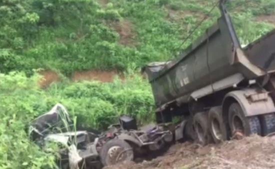 Xe rơ moóc rơi xuống vực cao tốc Nội Bài - Lào Cai, tài xế tử vong