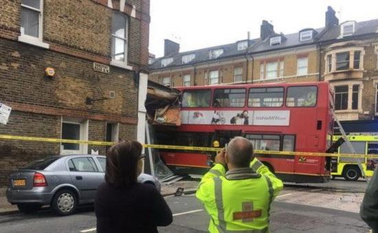 Xe bus hai tầng lao vào cửa hàng tại thủ đô London của Anh