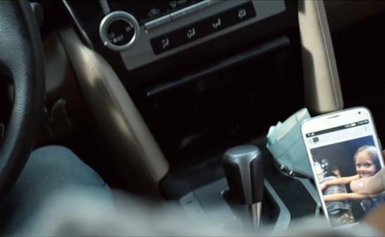 Malaysia phạt lái xe nghe điện thoại
