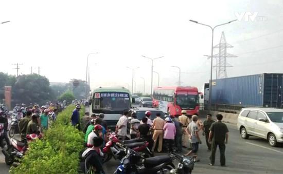 TP.HCM: Hàng loạt xe bị cuốn vào gầm xe bus, nhiều người nhập viện
