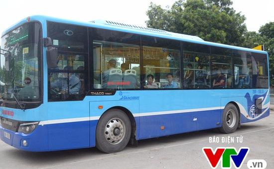 Xe bus nhanh Hà Nội quá tải vào giờ cao điểm