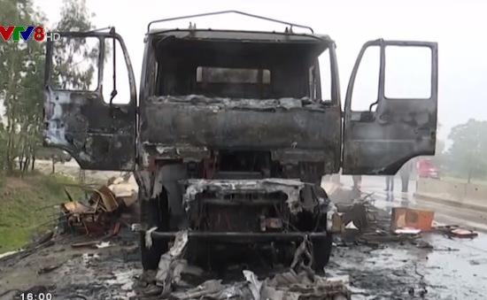 Xe tải chở bàn ghế cháy rụi trên Quốc lộ 1A