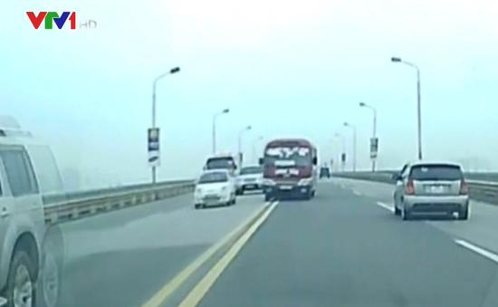 Thót tim cảnh xe khách đua nhau, lấn làn vượt ẩu trên cầu