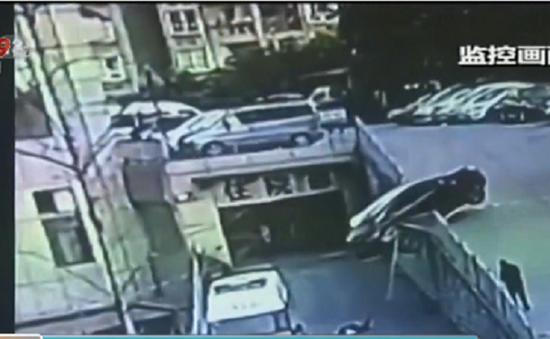 Trung Quốc: Lùi ô tô bất cẩn, 2 mẹ con thoát chết trong gang tấc