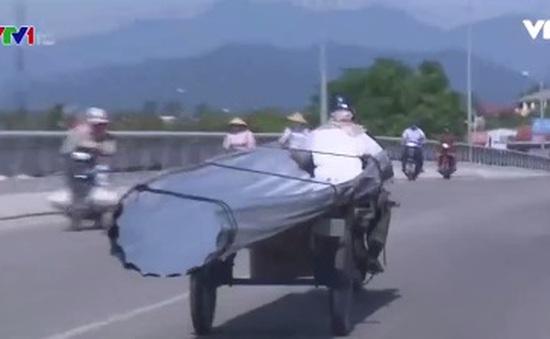 Thừa Thiên – Huế: Tái diễn tình trạng xe chở tôn gây nguy hiểm trên phố
