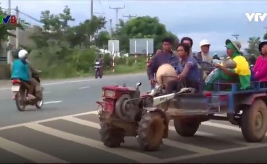 """Xe máy kéo độ chế chở người """"nở rộ"""" tại Tây Nguyên"""