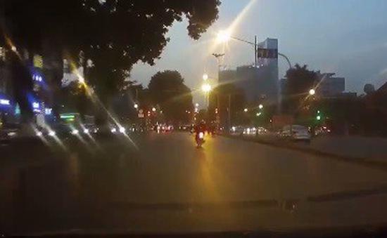 Taxi chạy ẩu chèn ngã người đi xe máy