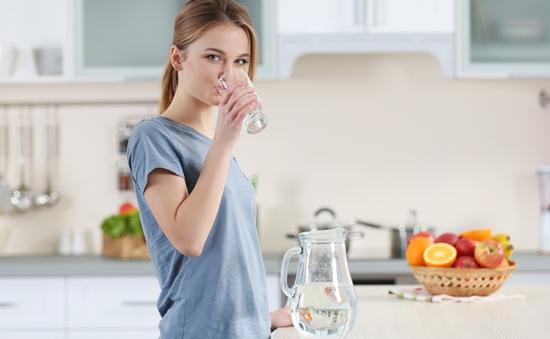 Vì sao bạn nên uống một cốc nước trước khi ăn sáng?
