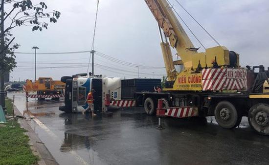 TP.HCM: Ôm cua nhanh trong cơn mưa, xe container lật nhào