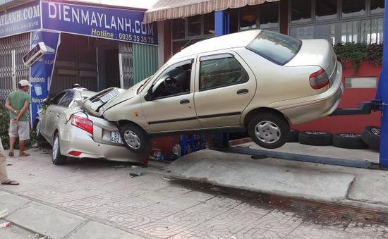 TP.HCM: Ô tô 4 chỗ gây tai nạn... như xiếc