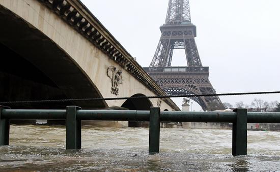 Cảnh báo ngập lụt đoạn cầu qua sông Seine, Pháp