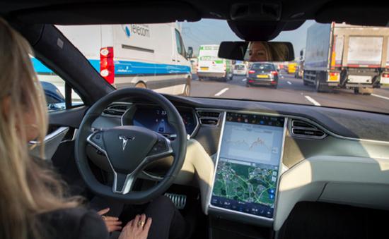 Điều tra nguyên nhân xe Tesla tự lái gây tai nạn