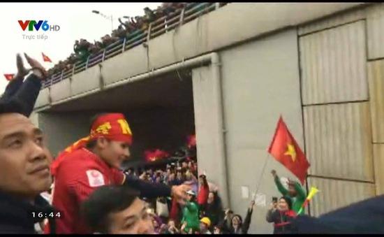 CẬP NHẬT: U23 Việt Nam đã về đến đường Bưởi, Hà Nội