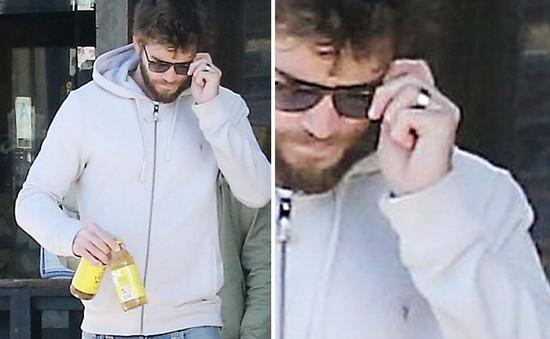 Đeo nhẫn ở ngón áp út, Liam Hemsworth xác nhận đã kết hôn?