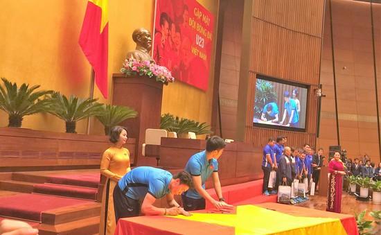 U23 Việt Nam ký lên lá cờ Chủ tịch Quốc hội mang về từ cột cờ Lũng Cú