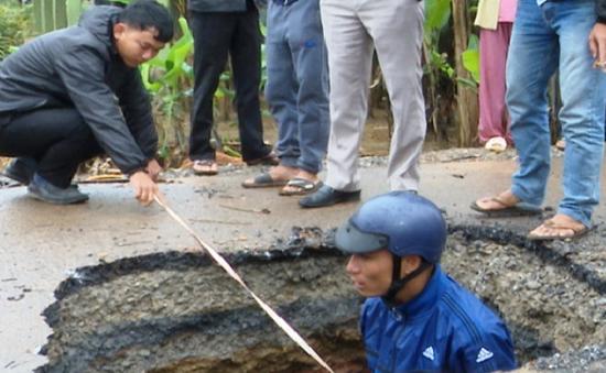 Xuất hiện hố sụt lún bất thường giữa đường tại Quảng Trị