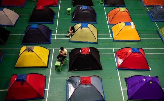 Hàng nghìn phụ huynh Trung Quốc cắm trại, theo con vào đại học