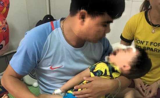 Bé trai 2 tuổi bị chó becgie nhà nuôi cắn rách mặt, tổn thương mắt