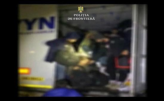 Romania phát hiện xe tải chở hơn 47 người nhập cư