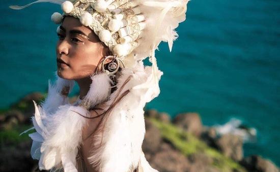 """Hoàng Thùy Linh hoang dã đầy mê hoặc trong MV """"Fall in love"""""""