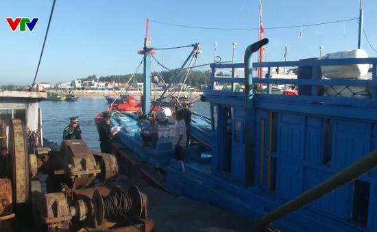 Ngư dân hành nghề bị tàu nước ngoài ngăn cản lấy tài sản