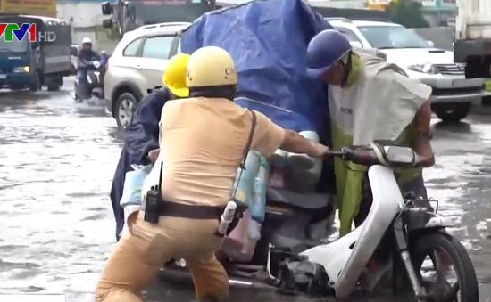 Nhiều người ngã xe khi đi qua đường ngập ở TP.HCM
