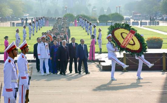 Đại biểu Quốc hội đặt vòng hoa, vào Lăng viếng Chủ tịch Hồ Chí Minh