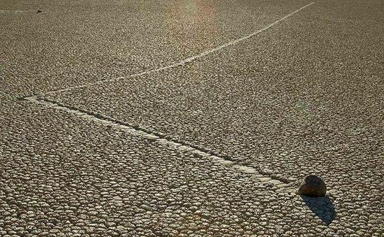 """Bí ẩn về những """"hòn đá ma thuật"""" biết tự dịch chuyển trong sa mạc khô cằn"""