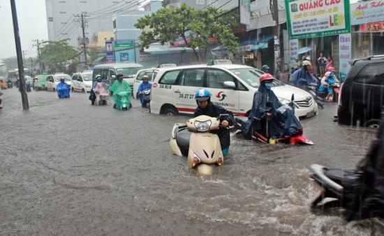 Mưa lớn gây ngập nặng tại TP.HCM, hàng loạt phương tiện bị chết máy