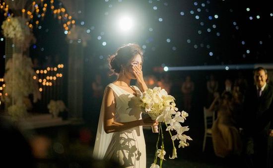 Lan Khuê xúc động khóc trong đám cưới như cổ tích