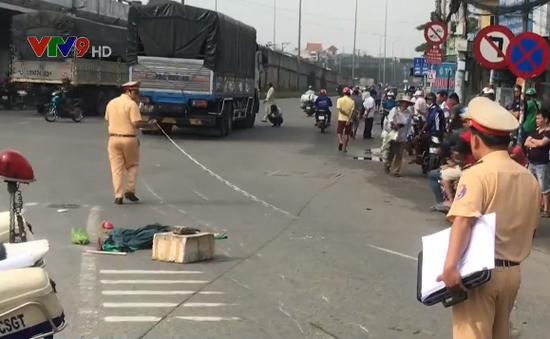 TP.HCM: Xe tải va chạm với xe máy, 2 người tử vong