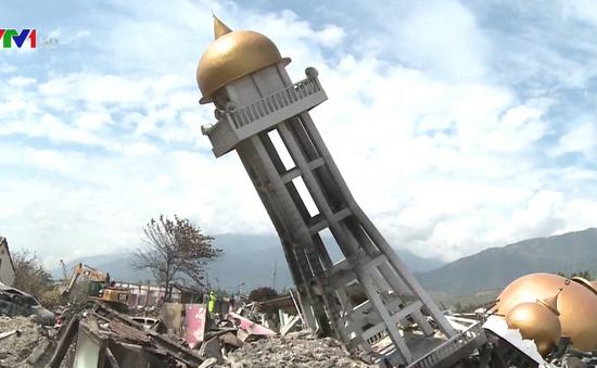 Nhiều người dân tìm cách rời khỏi Palu sau động đất, sóng thần