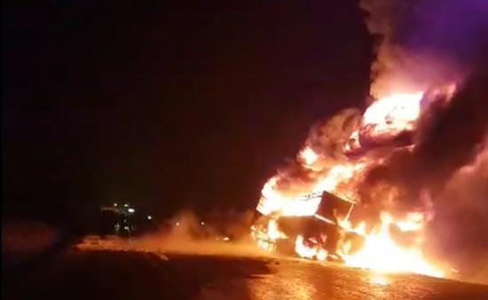 Clip xe container chở mủ cao su bị lửa thiêu rụi tại Gia Lai