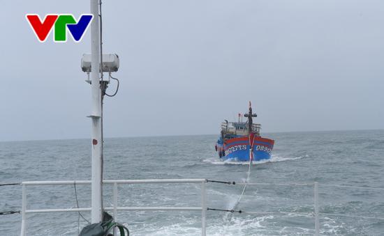 Tàu KN 322 cứu nạn 19 ngư dân tàu cá QB 91727TS