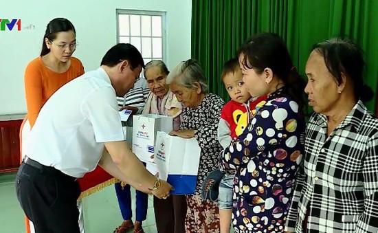 Điện lực Vĩnh Long trao tặng 550 suất quà cho hộ nghèo