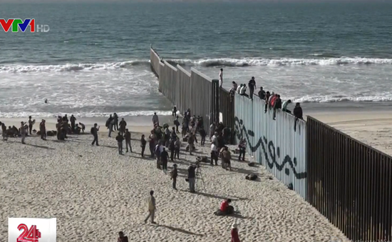 Binh sĩ Mỹ dựng hàng rào thép gai ngăn đoàn người di cư từ Mexico