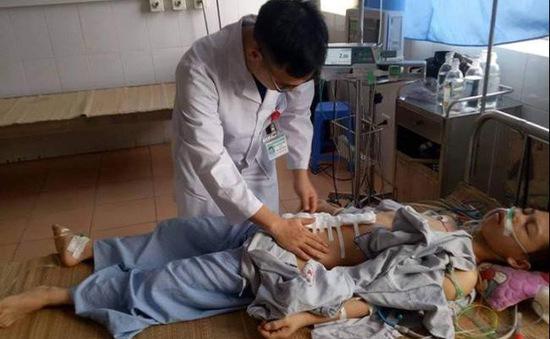 Bệnh viện huyện cứu sống thanh niên bị thanh gỗ đâm thủng bụng, chết lâm sàng